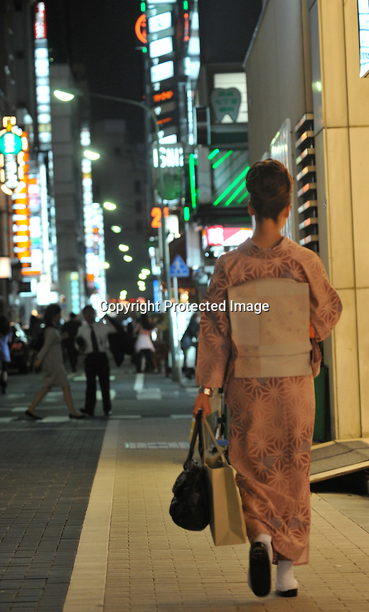 High-class hostesses, dressed in traditional Kimono make their way along a bar street lined with small exclusive clubs in the up-market  Ginza area of Central Tokyo, 17th September, 2008.<br /><br />PHOTO BY RICHARD JONES / SINOPIX