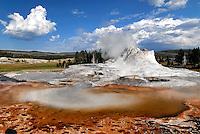Geysir im Yellowstone NP: AMERIKA, VEREINIGTE STAATEN VON AMERIKA, WYOMING,  (AMERICA, UNITED STATES OF AMERICA), 27.07.2006:  earth warmth, energy, Erdwaerme, erneuerbare Energie, erneuerbare Energien, fountain, fountains, Geiser, Geologie, geology, geothermic, Geothermik, Gewaesser, geyser, geysers, Geysir, Geysire, heisse Quelle, heisse Quellen, landscape, landscapes, Landschaft, Landschaften, Nachhaltigkeit, National Park, National Parks, Nationalpark, Nationalparks, Naturgewalten, Nordamerika, North America, regenerative Energie, regenerative Energien, renewable energy, spring, Springquelle, Springquellen, springs, sustainability, United States of America, USA, Wyoming, Yellowstone NP