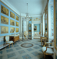 In the Blue Cabinet, decorated in 1800 by Anders Hultgren, prints by Giovanni Volpato and Abraham Ducros have been pasted on the walls and it has a painted canvas floor covering