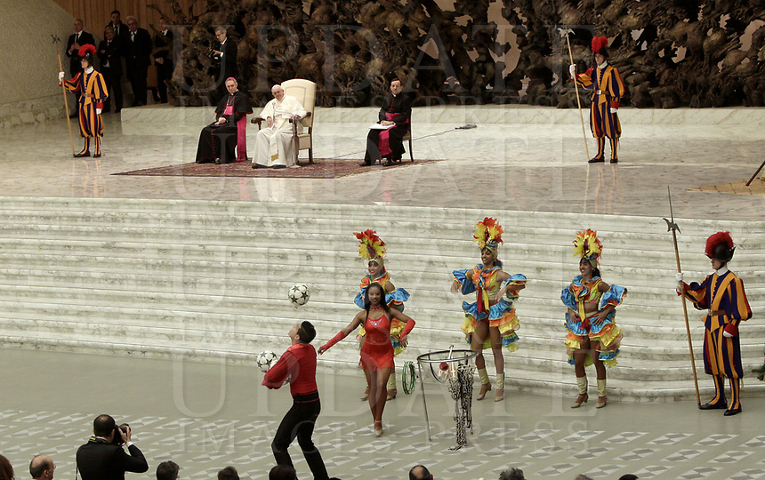 Papa Francesco assiste all'esibizione di alcuni artisti del Circo Cubano durante l'Udienza Generale del mercoledi' in aula Paolo VI in Vaticano, 20 dicembre 2017.<br /> Pope Francis looks at artists from the Cuban Circus performing during his weekly general audience in Paul VI Hall at the Vatican, on December 20, 2017.<br /> UPDATE IMAGES PRESS/Isabella Bonotto<br /> <br /> STRICTLY ONLY FOR EDITORIAL USE