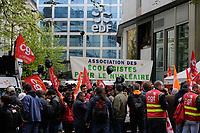 RASSEMBLEMENT DES SALARIÉS DE FESSENHEIM DEVANT LE SIEGE EDF PENDANT LE CONSEIL D ' ADMINISTRATION. ILS SONT OPPOSÉS A LA FERMETURE DU SITE # MANIFESTATION CONTRE LA FERMETURE DE LA CENTRALE DE FESSENHEIM