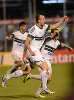 ENVIGADO - COLOMBIA-24-10-2013: Los Jugadores de Coritiba de Brasil celebran el gol anotado durante partido en el estadio Polideportivo Sur de la ciudad de Envigado, octubre 24 de 2013. Itagüi Ditaires y Coritiba durante partido de vuelta por la Copa Total Suramericana 2013. (Foto: VizzorImage / Luis Rios / Str).  The players of Coritiba from Brazil celebrate a goal scored during a match at the Polideportivo Sur Stadium in Envigado city, October 24, 2013. Itagüi Ditaires and Curitiba during a return match for the eighth finals round of the Total Suramericana Cup 2013. (Photo: VizzorImage / Luis Rios / Str).