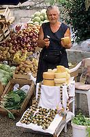 Europe/Croatie/Dalmatie/ Ile de Korcula/ Korcula: sur le marché paysan marchande de  fromage