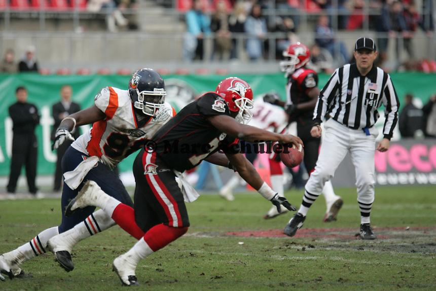 Shane Boyd (Quarterback Cologne Centurions) wird gestoppt von Darrell Lee (Defensive End Amsterdam Admirals)