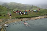 Randonnee vers les fonds rouges jusqu a une source d'eau chaude Islande..