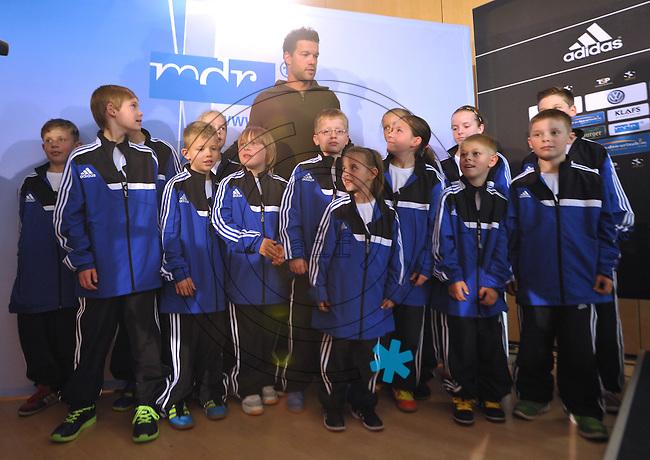 """Michael Ballack begrüßt 14 Ballkinder bei der Pressekonferenz am 04.06.2013 zum Abschiedsspiel """"Ciao Capitano"""" in der 13. Etage des MDR-Hochhauses in Leipzig <br /> Foto: Christian Nitsche"""