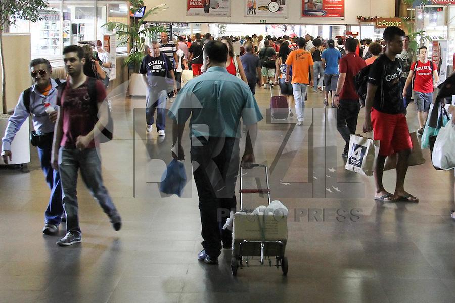SÃO PAULO, SP, 20.12.13 - MOVIMENTAÇÃO TERMINAL RODOVIÁRIO DO TIETÊ / SÃO PAULO-SP - Movimentação de Passageiros no Terminal Rodoviário do Tietê/ São Paulo/SP, <br /> às vésperas das festas de fim de ano, nesta sexta-feira, 20. (Foto: Geovani Velasquez / Brazil Photo Press)
