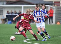 Dames Zulte - Waregem - SC Heerenveen : Laura Vervacke aan de bal voor Cynthia Beekhuis (rechts).foto VDB / BART VANDENBROUCKE