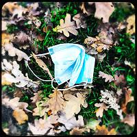 Eine gebrauchte medizinische Schutzmaske liegt auf der Strasse in Berlin.<br /> 7.11.2020, Berlin<br /> Copyright: Christian-Ditsch.de