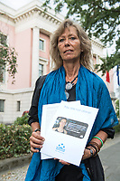 Kundgebung am Montag den 1. Juni 2019 vor der italienischen Botschaft in Berlin fuer die Freilassung der am 29. Juni in Italien verhafteten Seawatch Kapitaenin Carola Rakete. Die Kapitaenin der Seenotrettungsorganisation war am 29. Juni gegen den Willen der italienischen Regierung auf der Mittelmeerinsel Lampedusa, mit 40 aus Seenot geretteten Fluechtlingen, im Hafen angelegt und war daraufhin festgenommen worden.<br /> Im Bild: Kirsten Mueller-von der Heyden von der Organisation Seebruecke Berlin, mit einem offenen Brief an den den italienischen Botschafter Luigi Mattiolo und den italienischen Innenminister Matteo Salvini.<br /> 1.7.2019, Berlin<br /> Copyright: Christian-Ditsch.de<br /> [Inhaltsveraendernde Manipulation des Fotos nur nach ausdruecklicher Genehmigung des Fotografen. Vereinbarungen ueber Abtretung von Persoenlichkeitsrechten/Model Release der abgebildeten Person/Personen liegen nicht vor. NO MODEL RELEASE! Nur fuer Redaktionelle Zwecke. Don't publish without copyright Christian-Ditsch.de, Veroeffentlichung nur mit Fotografennennung, sowie gegen Honorar, MwSt. und Beleg. Konto: I N G - D i B a, IBAN DE58500105175400192269, BIC INGDDEFFXXX, Kontakt: post@christian-ditsch.de<br /> Bei der Bearbeitung der Dateiinformationen darf die Urheberkennzeichnung in den EXIF- und  IPTC-Daten nicht entfernt werden, diese sind in digitalen Medien nach §95c UrhG rechtlich geschuetzt. Der Urhebervermerk wird gemaess §13 UrhG verlangt.]