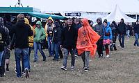 With Full Force XVIII.Das With Full Force (kurz WFF) ist eines der größten Musikfestivals für Metal, Hardcore und Punk in Deutschland. Jährlich lockt es am ersten  Juliwochenende um die 30.000 Metal- und Hardcore-Fans auf den Segelflugplatz Roitzschjora bei Löbnitz statt. In diesem Jahr hat es das Wetter nicht gut gemeint. Dauerregen und 15 Grad bestimmten den kompletten Samstag. Regenjacken, bunte Gummistiefel und Regenschirme wohin das Auge blickte. Trotzdem: Auf zwei Bühnen rockten am zweiten Festivaltag unter anderem Terror, Satyricon, Cavalera Conspiracy, Hatebreed, Die Kassierer, Blood For Blood, Knorkator und Mad Sin das Publikum..Im Bild: Impressionen vor der Bühne. .Foto: Karoline Maria Keybe