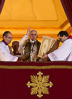 Il nuovo Papa Francesco benedice la folla di fedeli dalla Loggia centrale della Basilica di San Pietro, Citta' del Vaticano, 13 marzo 2013. Il Cardinale argentino Jorge Mario Bergoglio, che ha scelto il nome di Papa Francesco, e' il 266esimo Pontefice della Chiesa Cattolica Romana eletto dai 115 cardinali del Conclave.<br /> Newly elected Pope Francis delivers his blessing to the faithful from the central balcony of St. Peter's Basilica at the Vatican, 13 March 2013. Argentine Cardinal Jorge Mario Bergoglio, who chose the name of Pope Francis, is the 266th pontiff of the Roman Catholic Church elected by a Conclave of 115 cardinals. <br /> UPDATE IMAGES PRESS/Riccardo De Luca<br /> STRICTLY ONLY FOR EDITORIAL USE