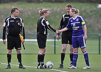 RSC Anderlecht Dames - PSV / FC Eindhoven : scheidsrechter Leen Martens begroet Sophie Mannaert.foto David Catry / Vrouwenteam.be