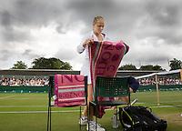 27-6-08, England, Wimbledon, Tennis, Chakvetadze prepairing after a rain delay