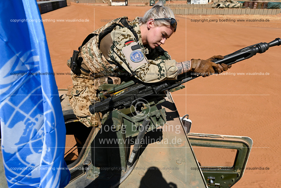 MALI, Gao, Minusma UN peace keeping mission, Camp Castor, german army Bundeswehr / Soldatin montiert Maschinengewehr