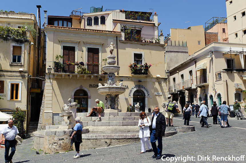 Brunnen von 1635 auf der Piazza Duomo in Taormina, Sizilien, Italien