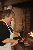 Europe/France/Aquitaine/40/Landes/Dax: Repas chez Madame Aimé, Boucherie: Maison Aimé, Simone Aimé découpe la Côte de Boeuf gras de Chalosse