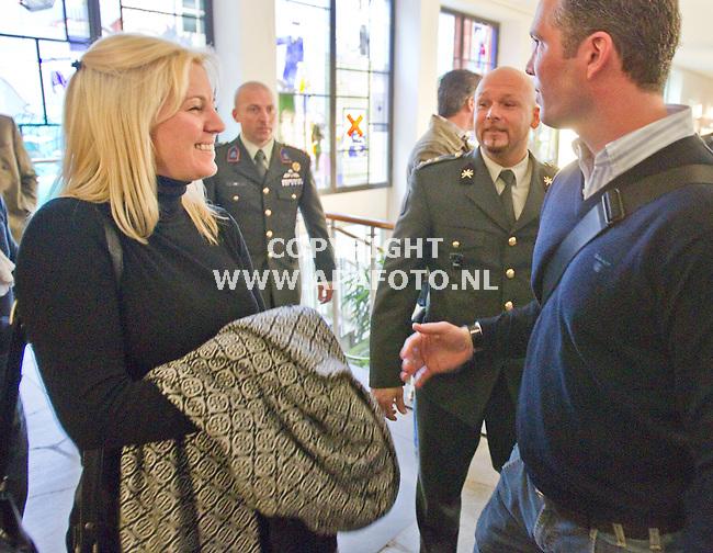 Arnhem, 040411<br /> Marco Kroon maakt nog een gezellig praatje, links zijn vriendin<br /> Foto: Sjef Prins - APA Foto