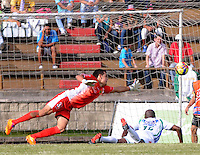 ITAGÜÍ -COLOMBIA-02-02-2014. Osvaldo Cabral  (Izq) arquero de Itaguí evita un gol de Carlos Diaz (Der) jugador de Atlético Huila en partido válido por la fecha 2 de la Liga Postobon I 2014 jugado en el estadio Metropolitano de Itaguí./ Osvaldo Cabral goalkeeper of Itagui avoid the goal from Carlos Diaz player of Atletico Huila valid for the 2nd date of the Postobon League I 2014 played at Metropolitano stadium in Itaguí city.  Photo:VizzorImage/Luis Ríos/STR
