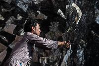 Die Rauminstallation LOST WORDS der 45jaehrigen japanischen Kuenstlerin Chiharu Shiota im Inneren der Berliner Nikolaikirche.<br /> Im Kirchenschiff wurde ein dichtes Gespinst aus ueber 750 Kilometern schwarzen Faeden, mit 4.000 Bibelseiten verschiedener Zeiten und Uebersetzungen sowie ueber 100 Sprachen eingewoben sind. Es steht fuer die Kuenstlerin als ein Sinnbild fuer die globale Verflochtenheit der Reformation und der biblischen Botschaft. Vor dem Hintergrund der Geschichte ihrer Japanischen Heimat verbindet Shiota in der Installation die aktuellen Debatten um Migration und Integration mit der Frage nach dem der Verbreitung der biblischen Schriften, die ihrerseits Teil unseres kulturellen Gedaechtnisses innerhalb einer weltweiten Migrations- und Integrationsgeschichte sind.<br /> Das Kunstwerk ist vom 29. September bis 19. November 2017 in der Nikolaikirche zu sehen.<br /> Im Bild: Ein Mitarbeiter des Team beim Aufbau des Kunstwerkes.<br /> 28.9.2017, Berlin<br /> Copyright: Christian-Ditsch.de<br /> [Inhaltsveraendernde Manipulation des Fotos nur nach ausdruecklicher Genehmigung des Fotografen. Vereinbarungen ueber Abtretung von Persoenlichkeitsrechten/Model Release der abgebildeten Person/Personen liegen nicht vor. NO MODEL RELEASE! Nur fuer Redaktionelle Zwecke. Don't publish without copyright Christian-Ditsch.de, Veroeffentlichung nur mit Fotografennennung, sowie gegen Honorar, MwSt. und Beleg. Konto: I N G - D i B a, IBAN DE58500105175400192269, BIC INGDDEFFXXX, Kontakt: post@christian-ditsch.de<br /> Bei der Bearbeitung der Dateiinformationen darf die Urheberkennzeichnung in den EXIF- und  IPTC-Daten nicht entfernt werden, diese sind in digitalen Medien nach §95c UrhG rechtlich geschuetzt. Der Urhebervermerk wird gemaess §13 UrhG verlangt.]