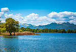Deutschland, Bayern, Oberbayern, Rosenheimer Land, (Chiemgau), bei Rosenheim: Blick ueber den Simssee in die Chiemgauer Alpen | Germany, Upper Bavaria, Rosenheimer Land, (Chiemgau), near Rosenheim: view across lake Simssee, at background Chiemgau Alps