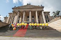 """Im Rahmen der internationalen """"STOP FOLTER"""" Kampagne veranstaltete die Menschenrechtsorganisation Amnesty International am Samstag den 27. September 2014 vor dem Konzerthaus am Gendarmenmarkt in Berlin-Mitte einen Flashmob.<br /> Mitglieder von Amnesty stellten sich auf die Treppe zum Konzerthaus und hielten gelbe Regenschirme auf denen """"Stop Torture"""" stand. Unterstuetzer der Aktion kamen mit eigenen Regenschirmen und stellten sich dazu.<br /> 27.9.2014, Berlin<br /> Copyright: Christian-Ditsch.de<br /> [Inhaltsveraendernde Manipulation des Fotos nur nach ausdruecklicher Genehmigung des Fotografen. Vereinbarungen ueber Abtretung von Persoenlichkeitsrechten/Model Release der abgebildeten Person/Personen liegen nicht vor. NO MODEL RELEASE! Don't publish without copyright Christian-Ditsch.de, Veroeffentlichung nur mit Fotografennennung, sowie gegen Honorar, MwSt. und Beleg. Konto: I N G - D i B a, IBAN DE58500105175400192269, BIC INGDDEFFXXX, Kontakt: post@christian-ditsch.de<br /> Urhebervermerk wird gemaess Paragraph 13 UHG verlangt.]"""
