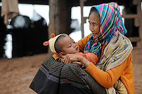 LAOS, province Oudomxay , village Houyta, ethnic group Khmu, old woman with grandchild / LAOS Provinz Oudomxay Dorf Houyta , Ethnie Khmu , alte Frau mit Kind