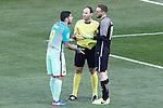 Atletico de Madrid's Jan Oblak (r) and FC Barcelona's Luis Suarez have words in presence of Spanish referee Antonio Miguel Mateu Lahoz during La Liga match. February 26,2017. (ALTERPHOTOS/Acero)