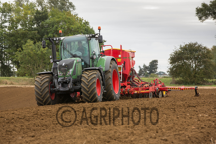 Fendt 724 drilling wheat with a Vaderstad drill in Autumn 2014<br /> Picture Tim Scrivener 07850 303986