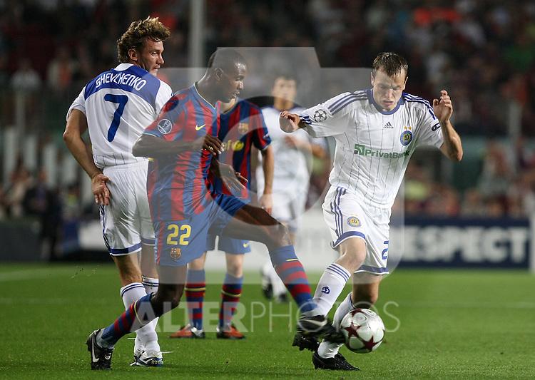 FC Barcelona's Toure Yaya (l) and Dinamo Kiev's Oleh Gusev during the UEFA Champions League match.September 29 2009. (ALTERPHOTOS/Acero).