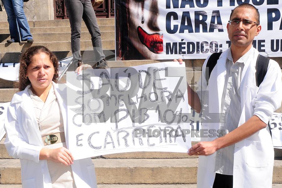 RIO DE JANEIRO, 31.07.2013 - ATO/MÉDICOS/RJ - Médicos participam de um ato público na Cinelândia, no Rio de Janeiro, na manhã desta quarta-feira (31), contra o Programa Mais Médicos e por melhores condições de trabalho. (Foto: Sandrovox / Brazil Photo Press).