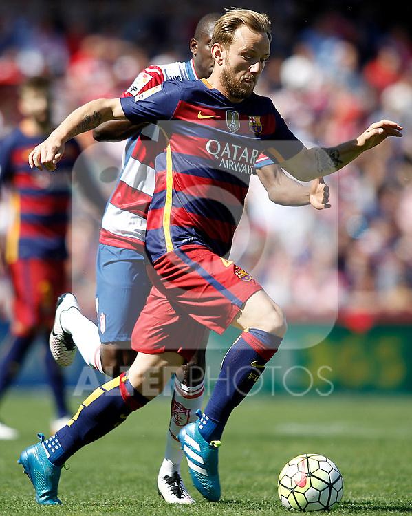 Granada's Jean-Sylvain Babin (l) and FC Barcelona's Ivan Rakitic during La Liga match. May 14,2016. (ALTERPHOTOS/Acero)