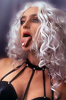Donna mentre fa uso di Exstasy. Woman while using Ecstasy....