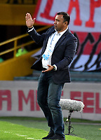 BOGOTÁ-COLOMBIA, 09-11-2019: Harold Rivera, técnico de Independiente Santa Fe, da instrucciones a los jugadores, durante partido de la fecha 1 de los cuadrangulares semifinales entre Independiente Santa Fe y América de Cali, por la Liga Águila II 2019, jugado en el estadio Nemesio Camacho El Campín de la ciudad de Bogotá. / Harold Rivera, coach of Independiente Santa Fe gives instructions to the players, during a match of the 1 date of the semifinals quarter finals between Independiente Santa Fe and America de Cali, for the Aguila Leguaje II 2019 played at the Nemesio Camacho El Campin Stadium in Bogota city. / Photo: VizzorImage / Luis Ramírez / Staff.