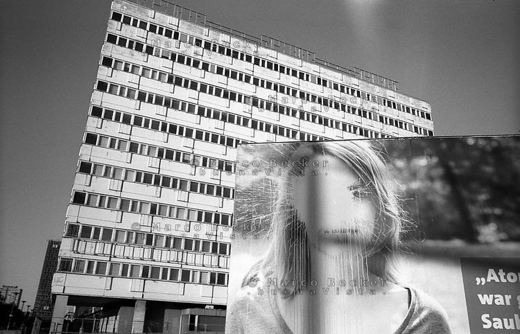 berlino, quartiere mitte, alexanderplatz. un vecchio edificio di epoca RDT (DDR) e un manifesto elettorale per le elezioni regionali --- berlin, mitte district, alexanderplatz. an old building of the GDR (DDR) era and a manifest for the regional elections