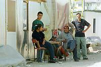 Nach dem Erdbeben im August in der Tuerkei leben tausende Menschen in Zeltlagern und Behilfszelten.<br /> Da staatliche Hilfe nur zoegernd oder gar nicht kommt, haben sich die Bewohner der schwer getroffenen Ortschaft Altmis Evler selber daran gemacht halbwegs winterfeste Unterkuenfte zu bauen. Kosten fuer eine Wellblechhuette, ca. 500 Millionen Lira (2.000 DM). Das durchschnittliche Monatseinkommen liegt bei nur 100 bis 120 Millionen Lira.<br /> 14.10.1999, Altmis Evler/Tuerkei<br /> Copyright: Christian-Ditsch.de<br /> [Inhaltsveraendernde Manipulation des Fotos nur nach ausdruecklicher Genehmigung des Fotografen. Vereinbarungen ueber Abtretung von Persoenlichkeitsrechten/Model Release der abgebildeten Person/Personen liegen nicht vor. NO MODEL RELEASE! Nur fuer Redaktionelle Zwecke. Don't publish without copyright Christian-Ditsch.de, Veroeffentlichung nur mit Fotografennennung, sowie gegen Honorar, MwSt. und Beleg. Konto: I N G - D i B a, IBAN DE58500105175400192269, BIC INGDDEFFXXX, Kontakt: post@christian-ditsch.de<br /> Bei der Bearbeitung der Dateiinformationen darf die Urheberkennzeichnung in den EXIF- und  IPTC-Daten nicht entfernt werden, diese sind in digitalen Medien nach §95c UrhG rechtlich geschützt. Der Urhebervermerk wird gemaess §13 UrhG verlangt.]