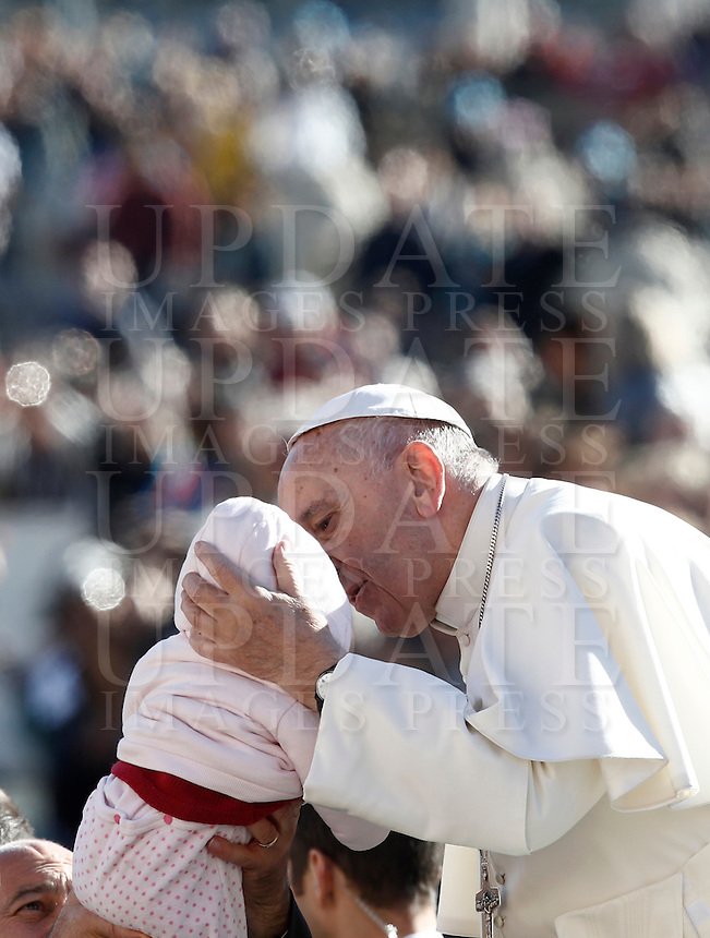Papa Francesco bacia una bambina al suo arrivo all'udienza generale del mercoledi' in Piazza San Pietro, Citta' del Vaticano, 9 novembre 2016.<br />