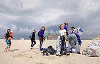 Nederland -  Velsen - 2019.     Boskalis Beach Cleanup Tour. In de zomer van 2019 wordt de hele Noordzeekust weer schoon dankzij de Boskalis Beach Cleanup Tour van Stichting De Noordzee. Dit wordt gedaan om om te laten zien hoeveel afval er op de stranden ligt en in zee terechtkomt. De plasticsoep zorgt ervoor dat er jaarlijks meer dan 1 miljoen zeedieren sterven.      Foto mag niet in negatieve / schadelijke context worden gepubliceerd. Foto Berlinda van Dam / Hollandse Hoogte