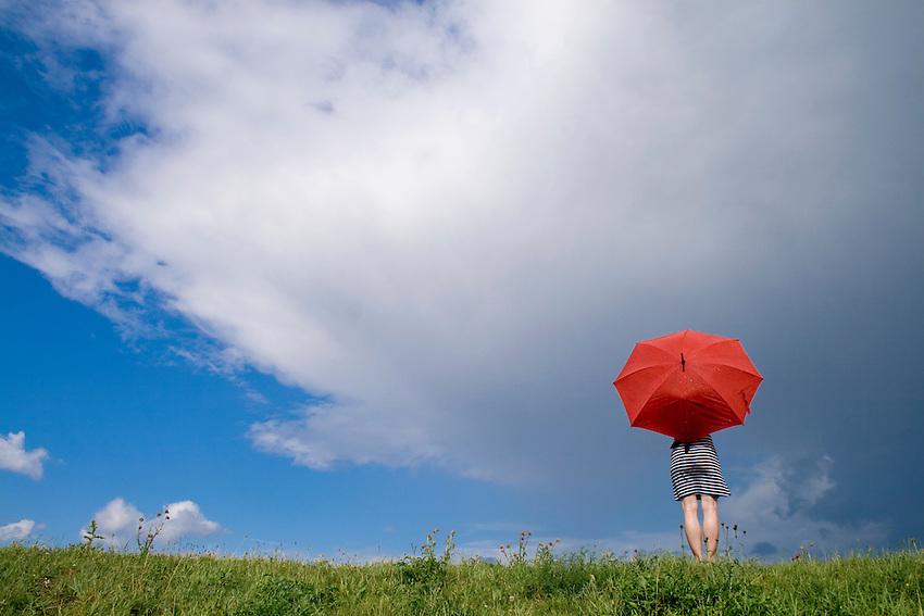 Europa, DEU, Deutschland, Nordrhein Westfalen, NRW, Rheinland, Niederrhein, Rheinberg, Frau mit Roten Regenschirm auf dem Rheindeich, Himmel, Wolken, Wolkenstimmung, Regenwolke, Kategorien und Themen, Symbol, Symbolik, Symbolfoto, Symbolbild, Wetter, Himmel, Wolken, Wolkenkunde, Wetterbeobachtung, Wetterelemente, Wetterlage, Wetterkunde, Witterung, Witterungsbedingungen, Wettererscheinungen, Meteorologie, Bauernregeln, Wettervorhersage, Wolkenfotografie, Wetterphaenomene, Wolkenklassifikation, Wolkenbilder, Wolkenfoto....[Fuer die Nutzung gelten die jeweils gueltigen Allgemeinen Liefer-und Geschaeftsbedingungen. Nutzung nur gegen Verwendungsmeldung und Nachweis. Download der AGB unter http://www.image-box.com oder werden auf Anfrage zugesendet. Freigabe ist vorher erforderlich. Jede Nutzung des Fotos ist honorarpflichtig gemaess derzeit gueltiger MFM Liste - Kontakt, Uwe Schmid-Fotografie, Duisburg, Tel. (+49).2065.677997, ..archiv@image-box.com, www.image-box.com]