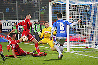Flanke Jerome Gondorf (Darmstadt) gegen Jonas Hector und Dominique Heinz (Koeln) - SV Darmstadt 98 vs. 1. FC Koeln, Stadion am Boellenfalltor