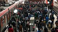 SÃO PAULO, SP, 30.04.2021:  Movimentação CPTM SP -Movimentação de passageiros nas plataformas da estação Luz na região central da cidade de São Paulo na manhã desta sexta -feira (30).