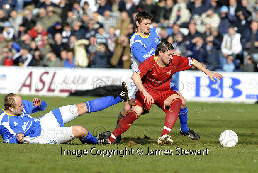 08/03/2008    Copyright Pic: James Stewart.File Name : sct_jspa04_qots_v_dundee.BOB DAVIDSON GETS AWAY FROM NEIL MACFARLANE AND RYAN MCCANN.James Stewart Photo Agency 19 Carronlea Drive, Falkirk. FK2 8DN      Vat Reg No. 607 6932 25.Studio      : +44 (0)1324 611191 .Mobile      : +44 (0)7721 416997.E-mail  :  jim@jspa.co.uk.If you require further information then contact Jim Stewart on any of the numbers above........