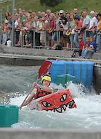 """Best of Pappbootrennen 2013 im Kanupark Markkleeberg anlässlich des Wasserfest 2013 - Team """"INtEAM"""" . Foto: Norman Rembarz"""