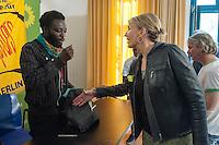 Ca. 50 Fluechtlinge und Unterstuetzer haben am Mittwoch den 17. September 2014 die Parteizentrale von Buendnis 90/Die Gruenen in Berlin besetzt. Sie forderten, dass die Vertreter von Gruenen Landesregierungen am Freitag den 19. September 2014 in der Sitzung des Bundesrates gegen die weitere Verschaerfung des Asylrechts stimmen. Die Verschaerfung wuerde nach Aussagen von Besetzern auf einer kurzfristig einberufenen Pressekonferenz, die faktische Abschaffung des Asylrechts bedeuten.<br /> Die Mitarbeiter und die Parteifuehrung solidarisierten sich mit dem Anliegen der Besetzer, wollten aber keine Zusage ueber das Abstimmungsverhalten im Bundesrat machen. Die Polizei wurde von den Hausherren nicht an das Gebaeude gelassen und auch eine Raeumung durch die Polzei wurde abgelehnt. Die Polizei hielt sich daraufhin zurueck.<br /> Die Parteichefin Simone Peters (rechts) lud die Besetzer nach deren Pressekonferenz zu einem Gespraech und diskutierte mit ihnen.<br /> Im Bild: Der Fluechtling moechte Peters die Hand nicht geben. Das wuerde er am Freitag entscheiden, je nach dem wie die Gruenen im Bundesrat abgestimmt haben.<br /> 17.9.2014, Berlin<br /> Copyright: Christian-Ditsch.de<br /> [Inhaltsveraendernde Manipulation des Fotos nur nach ausdruecklicher Genehmigung des Fotografen. Vereinbarungen ueber Abtretung von Persoenlichkeitsrechten/Model Release der abgebildeten Person/Personen liegen nicht vor. NO MODEL RELEASE! Don't publish without copyright Christian-Ditsch.de, Veroeffentlichung nur mit Fotografennennung, sowie gegen Honorar, MwSt. und Beleg. Konto: I N G - D i B a, IBAN DE58500105175400192269, BIC INGDDEFFXXX, Kontakt: post@christian-ditsch.de<br /> Urhebervermerk wird gemaess Paragraph 13 UHG verlangt.]