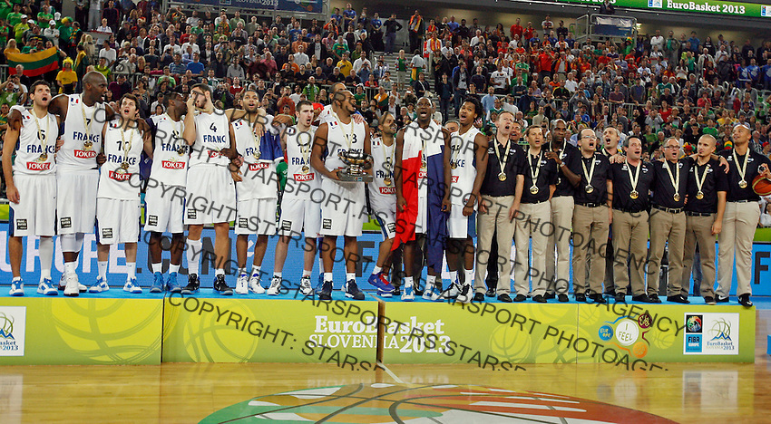 """France`s national basketball team players Joffrey Lauvergne, Nicolas Batum, Antoine Diot, Johan Petro, Charles Kahudi, Thomas Heurtel, Florent Pietrus, Tony Parker, Nando De Colo, Bors Diaw, Alexis Ajinca, Mickael Gelabale and France`s national basketball team head coach Vincent Collet celebrate victory and firsth place after European basketball championship """"Eurobasket 2013""""  final game between France and Lithuania in Stozice Arena in Ljubljana, Slovenia, on September 22. 2013. (credit: Pedja Milosavljevic  / thepedja@gmail.com / +381641260959)"""