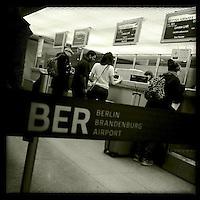 Check In-Schalter am BER-Flughafen Berlin-Tegel<br />7.1.2014, Berlin<br />Copyright: Christian-Ditsch.de<br />[Inhaltsveraendernde Manipulation des Fotos nur nach ausdruecklicher Genehmigung des Fotografen. Vereinbarungen ueber Abtretung von Persoenlichkeitsrechten/Model Release der abgebildeten Person/Personen liegen nicht vor. NO MODEL RELEASE! Don't publish without copyright Christian-Ditsch.de, Veroeffentlichung nur mit Fotografennennung, sowie gegen Honorar, MwSt. und Beleg. Konto:, I N G - D i B a, IBAN DE58500105175400192269, BIC INGDDEFFXXX, Kontakt: post@christian-ditsch.de<br />Urhebervermerk wird gemaess Paragraph 13 UHG verlangt.]