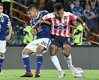 BOGOTA - COLOMBIA, 09-09-2018: Jhon Duque Arias (Izq) jugador de Millonarios disputa el balón con James Sanchez Altamiranda (Der) jugador de Atlético Junior durante partido por la fecha 9 de la Liga Águila II 2018 jugado en el estadio Nemesio Camacho El Campin de la ciudad de Bogotá. / Jhon Duque Arias (L) player of Millonarios fights for the ball with James Sanchez Altamiranda (R) player of Atletico Junior during the match for the date 9 of the Liga Aguila II 2018 played at the Nemesio Camacho El Campin Stadium in Bogota city. Photo: VizzorImage / Gabriel Aponte / Staff.