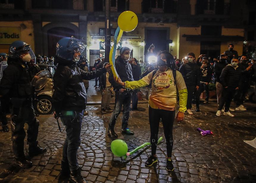 Napoli Manifestazione di protesta contro le chiusure di negozi e palestre<br /> animatrice regala palloncini alle forze dell'ordine