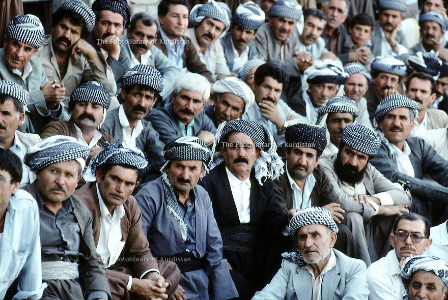 Irak 1991  La foule écoutant Masoud Barzani à Rowanduz   Iraq 1991 People listening to Masoud Barzani's speech in Rowanduz