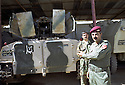 Irak 2002 Au camp des forces spéciales a Salahaddin, un vehicule blindé Iraq 2002   Special forces in the camp of Salahaddin,an officer showing a armored vehicle